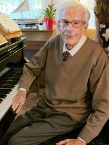 Joaquim Soms, sentado al piano, en su casa de Pineda de Mar. (octubre 2011). Copyright Foro por la Memoria
