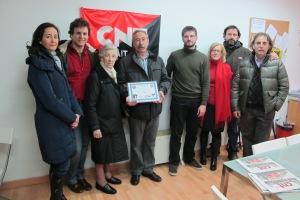 La viuda y los familiares de Canuto posan con Julián Vadillo tras la entrega del diploma.