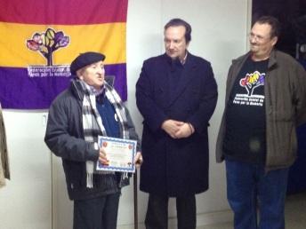 Trifón Cañamares, veterano militante del PCE de 101 años, agradece con unas palabras el homenaje del Foro por la Memoria. Foto: Fernanda Moral