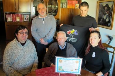 El ex capitán Gregorio Escolano recibe la placa del Foro acompañado de sus familiares