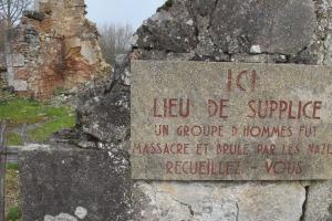 Decenas de placas como estas recuerdan los lugares donde fueron hallados cuerpos de vecinos de Oradour asesinados por los SS.