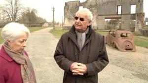 Hébras y Palmira Dessaix, miembro del Ateneo Republicano du Limousin, frente al lugar donde todos los vecinos fueron reunidos en 1944 antes de la masacre.
