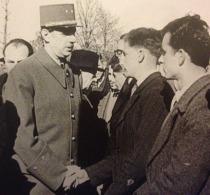 Degaulle saluda a Hébras en 1945, durante una visita a Oradour