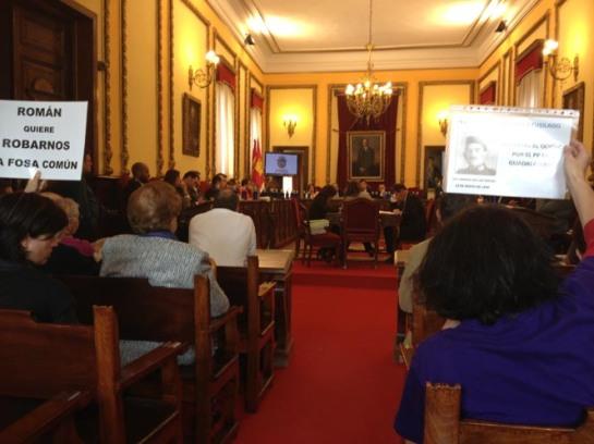 Varios momentos de la presentación de la moción, presentada conjuntamente por IU y PSOE. FMGU/Xulio Garcia