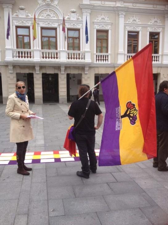 Miembros del Foro por la Memoria esperan en la plaza Mayor la presentación de la moción. FMGU/Xulio Garcia