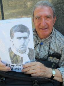 Albino Calvo con la foto de su padre asesinado.