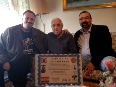 El Foro por la Memoria entrega una placa de homenaje a Avelino Cortés, veterano socialista. Asiste en nombre de la ejecutiva del PSOE Víctor Cabezas.