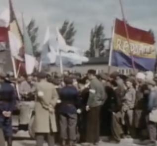 Una bandera republicana fue exhibida por españoles supervivientes en el campo de Dachau, el dia de su liberación por las tropas aliadas. (Extraído de un documental de la época)