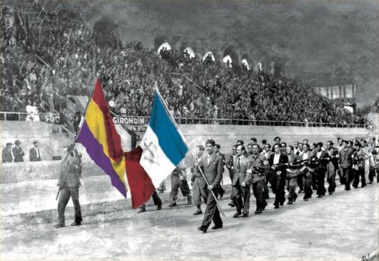 Desfile de republicanos españoles miembros del FTP tras la liberación de Burdeos. Portan banderas republicanas españolas y francesas.