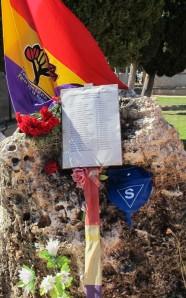 Esta piedra ornamental, situada en medio de la fosa de 52 metros, no respeta los protocolos de la ONU para los espacios de memoria, ni contiene ningún recordatorio de lo que allí pasó, y sólo durante los actos en los que participamos puede saberse lo que allí ocurrió