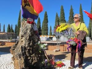 Emilia Cañadas durante la ofrenda floral a las víctimas del franquismo y del nazismo