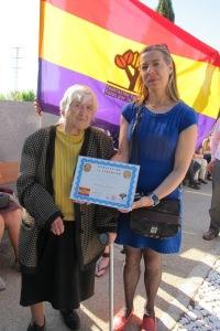 Concha de Luz Polanco y su sobrina Conchi, compañera del Foro por la Memoria, posan con la placa dedicada a José Luis de Luz
