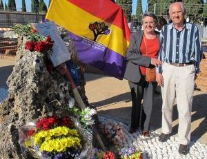 Isabel Hernando posa con su hermano junto a la piedra, que algún dia convertiremos en un verdadero espacio de memoria.