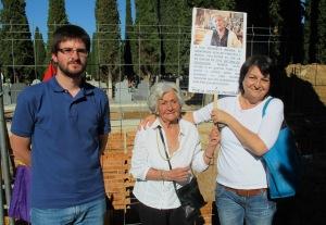 El secretario del Foro por la Memoria con Ascensión Mendieta y Chon Vargas Mendieta.