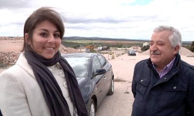 El alcalde de Mirabueno José González, saluda a la Cónsul de Italia en Madrid, Aurora Rusi, en el lugar de El Matorral, próximo al lugar donde murió Picelli