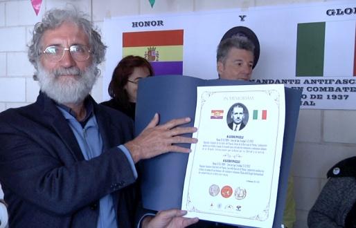 Marco Puppini, vicepresidente de AICVAS recibe copias de la placa para todos los italianos visitantes.