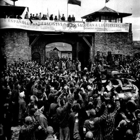 Las tropas aliadas entran en el KZ Mauthausen bajo una pancarta puesta por los supervientes españoles protagonistas de su liberación.