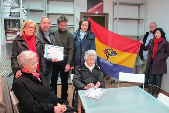 La compañera e hijos del veterano anarcosindicalista Pedro Canuto Marcos reciben la placa y el homenaje del Foro.