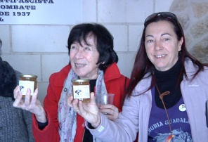 Salceda de Luz, del Foro por la Memoria de Guadalajara, procede al regalo de Miel del Alcarria a los compañeros italianos, donada amablemente por el Ayuntamiento de Mantiel.