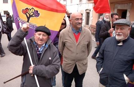 Trifón Cañamares, veterano comunista alcarreño de 102 años, posa con los compañeros italianos