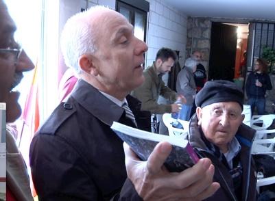 """Vicente Pedrero, del Foro por la Memoria de la Comunidad de Madrid, hace entrega a los visitantes de CD's entregados expresamente por el """"cantaor"""" flamenco Manuel Gerena, para cada visitante italiano de AICVAS o ANPI"""