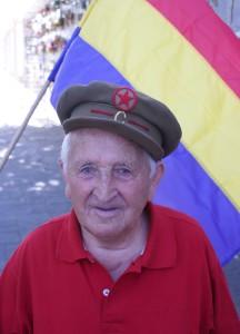 Trifón posa con una gorra de Comisario como la que usó en la guerra civil. Foto: FMGU