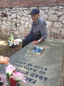 Juan Palomeque, en la tumba de su suegro Facundo Abad, alcalde de Guadalajara fusilado en 1940. Foto FMGU