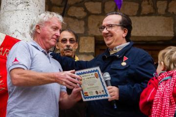 Eddie O'Neill de la delegación irlandesa recibe el diploma para la Connolly Column. Óscar de Marcos/FMGU