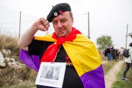Un compañero alemán posa con la foto de sus dos abuelos combatientes antifascistas. Brihuega. Óscar de Marcos/FMGU