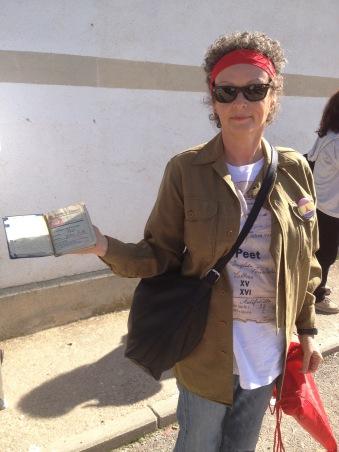 Una nieta muestra el carnet de su abuelo, brigadista británico. Xulio Garcia/FMGU