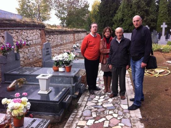 Germinal, Justo y Toñi Lázaro (dcha-izda) con Pedro A. Garcia presidente del Foro por la Memoria, en la fosa común del antiguo cementerio civil, donde fue fusilado su abuelo Eusebio en 1939. Foto: FMGU