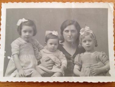 Josefina Yanguas, esposa de Cesareo, con sus hijas, Una foto que Cesareo tenía consigo en el momento de su asesinato.