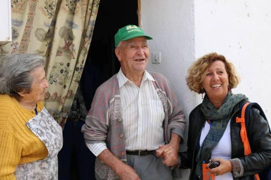 La diputada italiana Patrizia Maestri, con Julián, vecino de Mirabueno (Guadalajara)