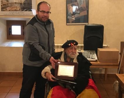 El brigadista Virgilio Fernández recibe una placa institucional de homenaje del Ayuntamiento de Torija, (Guadalajara), de manos de su alcalde Rubén García. FMGU