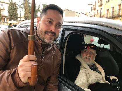 El alcalde de Brihuega, Luis Viejo, saluda al brigadista Virgilio Fernández. FMGU