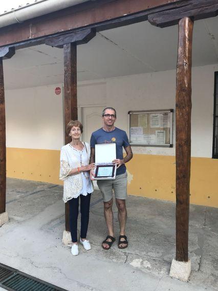 Nieves Valdés y su hijo Ismael Portillo, posan ante el edificio de la escuela de Illana. FMGU