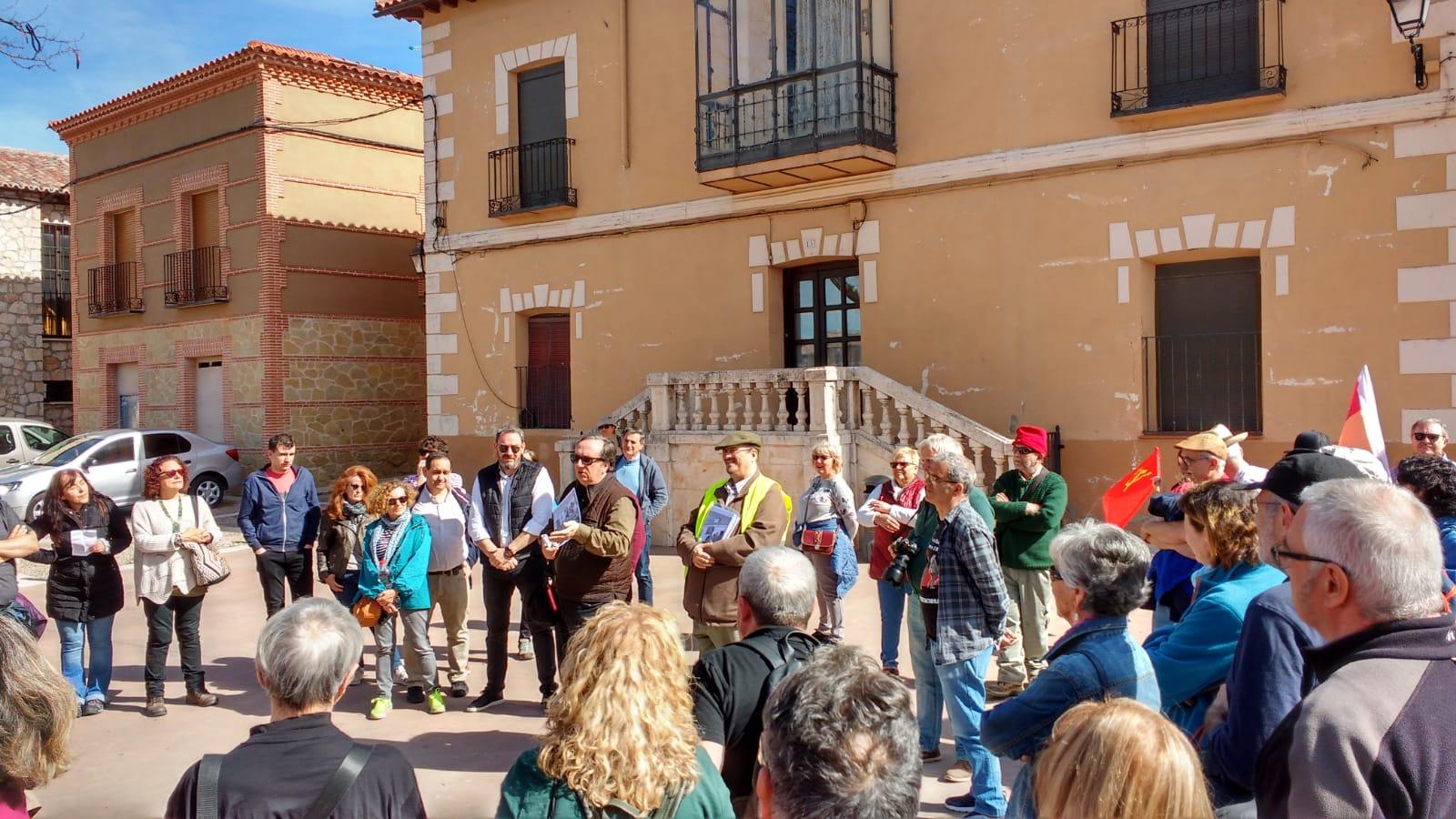 Presentación del la marcha, por Foro por la Memoria y AABI, con la presencia del Alcalde de Torija y Eusebio Robles por la JCCM. Frente al edificio de la antigua comandancia republicana, FMGU