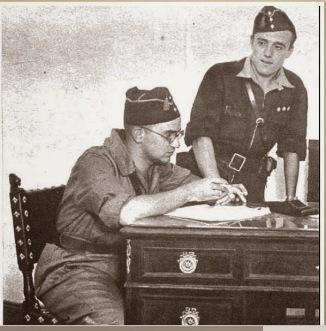 Sentado, lleva insignias de capitán. Son las de preguerra, es agosto o septiembre de 1936