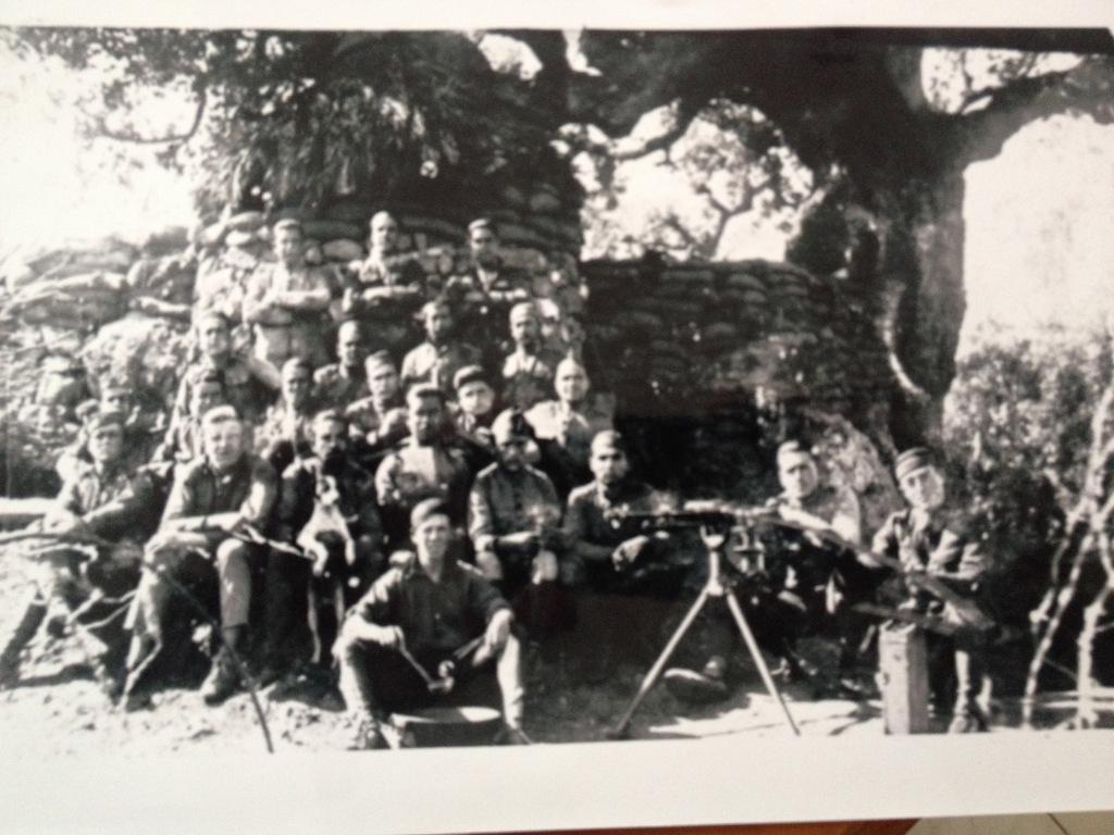 Mauricio Castel (en segunda fila, en el centro) con sus compañeros de armas en la guerra de África. Archivo familiar /FMGU