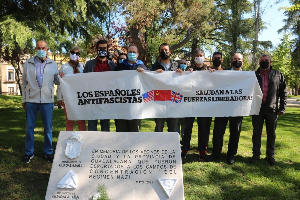 Miembros del Foro por la Memoria, Amical de Mauthausen , Unidas Podemos y PCE con una réplica de la pancarta que los españoles colocaron en la entrada del KZ Mauthausen tras ser liberado Foto: Silvia Morales (Prensa C's)